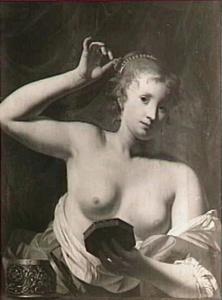 Jonge vrouw aan haar toilet