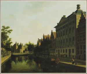 Gezicht op de Kloveniersburgwal met het Trippenhuis rechts, links in de achtergrond de Anthoniespoort en de Waag op de Nieuwmarkt
