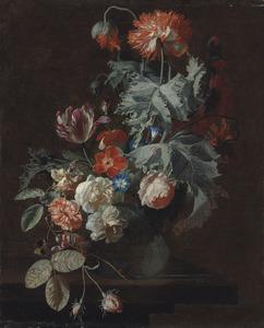 Anjers, tulpen en rozen in glazen vaas op een tafel