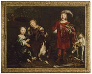 Portret van drie kinderen in jachttenue, met gevogelte en jachtattributen