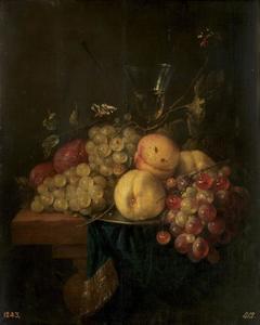 Stilleven met vruchten, wijnglas en vlinders