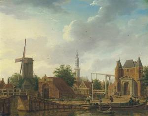 Gezicht op de Purmerpoort en de Monnikendammerpoort te Edam, met de Onze Lieve Vrouwekerk (Kleine Kerk) in het verschiet