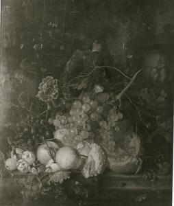 Vruchtenstilleven op een marmeren balustrade voor een urn, versierd met putti