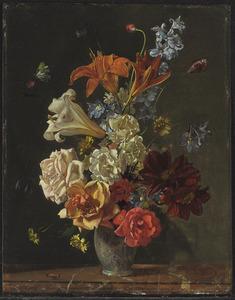 Bloemstilleven in porceleinen vaas op marmeren plateau met lelies, rozen en narcissen