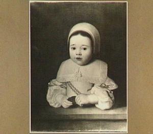 Portret van een kind met penning