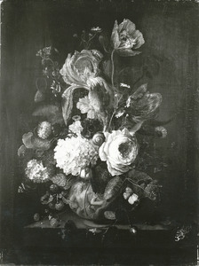 Bloemen in een gedecoreerde vaas op een stenen plint