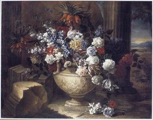 Bloemen in een geornamenteerde vaas in een ruïne