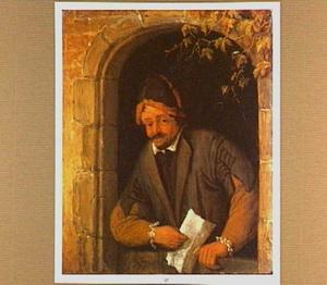Een man met een vel papier in de hand buigt zich over een onderdeur