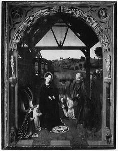 De aanbidding van Jezus door Maria, Jozef en engelen, in de sculpturale omlijsting de schepping en de zondeval van de mens