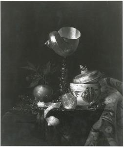 Stilleven met schelpenbeker, porseleinen dekselpot en vruchten