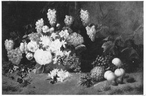Bloem- en vruchtenstilleven tegen een bosachtergrond