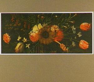 Stilleven van een zonnebloem, tulpen, anjers, rozen en andere bloemen