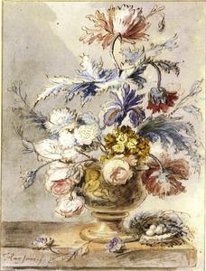 Bloemstilleven in een terracotta vaas, versierd met een putto, en een vogelnest op een marmeren tafel