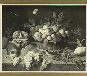 Stilleven met een mand vruchten en een cavia
