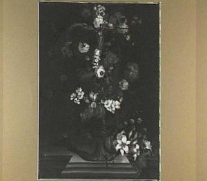 Bloemen in en om een ornamentale vaas met een klassiek reliëf
