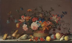 Bloemen in een mand met diverse schelpen,vruchten en insecten op een plint