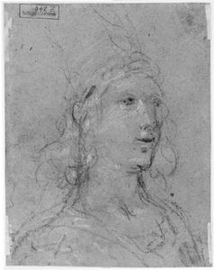 Kop van een vrouw met hoge hoed, naar rechts