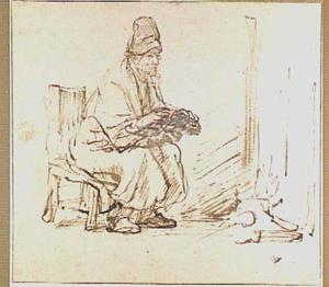 Oude man zittend bij het vuur