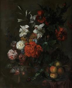Bloemen in een glazen vaas met perziken op een tinnen schaal op een marmeren plint