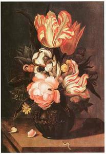 Bloemen in een siervaas versierd met grotesken op een stenen plint