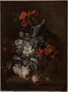 Bloemstilleven met rozen, tulpen en andere bloemen in een vaas op een stenen blad