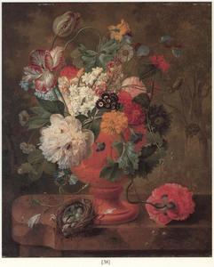 Bloemen in een terracotta vaas en een vogelnest op een marmeren blad voor een boslandschap