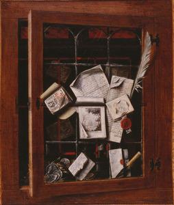Trompe-l'oeil van een kastdeurtje met brieven, schrijfbenodigdheden en munten