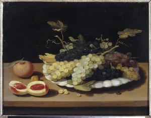 Vruchten in en rondom een wit-aardewerken plooischotel