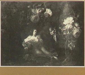 Bloemenkrans rond een voorstelling van een liggende vrouw met Amor