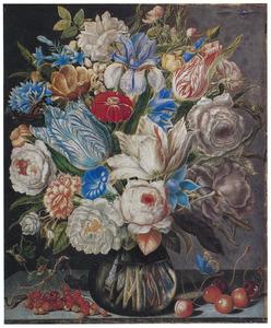 Bloemen in een glazen vaas en vruchten op een stenen plint