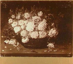 Bloemstilleven met rozen in een schaal, op de voorgrond een libelle