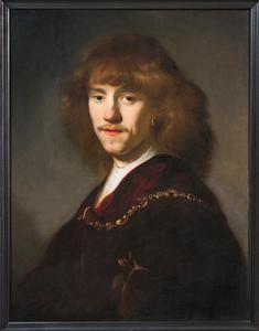 Portret van een jonge man met lang haar en een gouden ketting over een fluwelen jas