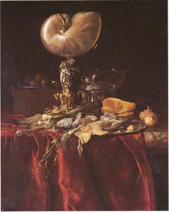 Stilleven met nautilusbeker, roemer, haring, uien, prei en olijven op een rood zijden tafelkleed