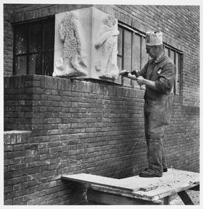 Hildo Krop aan het werk aan beeldhouwwerk aan Villa Den Tex