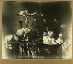 Stilleven met tazza, vruchten en glaswerk