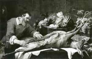 Een wildhandelaar die een hert uitbeent op een tafel met jachtbuit, vis, groente en fruit