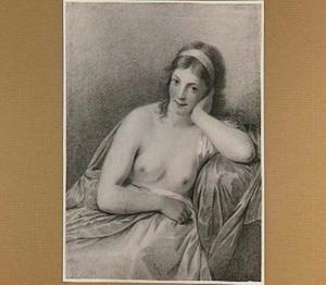Zittende half naakte jonge vrouw