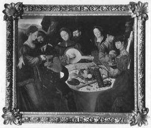 Musicerend en drinkend gezelschap rond een tafel