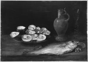 Stilleven met oesters, vis, een kan en een wijnglas