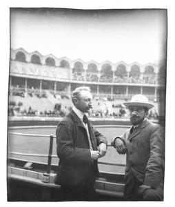 Simon Maris en Piet Mondriaan in de arena te Bilbao, tijdens hun reis naar Spanje
