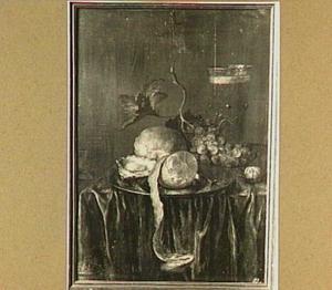Stilleven met brood, oester, citroen en druiven