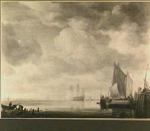 Schepen in kalm water bij zonsondergang; rechts op de voorgrond een aanlegsteiger; links op de voorgrond twee vissers met hun roeiboot op een strandje