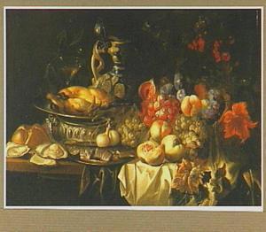 Stilleven van vruchten, gebraden hoen, oesters en vis op een tafel