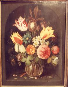 Stilleven met bloemen in een glazen vaas in een nis