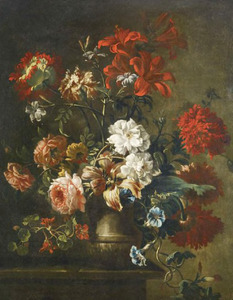 Stenen vaas met klaprozen,, lelies, witte rozen, oost indische kers en haagwinde op een  tafel van natuursteen