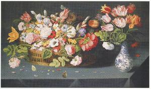 Bloemen in een mand en rechts een boeketje in een chinees vaasje
