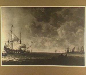 Schepen voor de kust, in de voorgrond vissers in een roeiboot en rechts een aanlegsteiger
