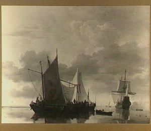 Schepen voor anker bij kalm weer, rechts lost een fregat een kanonschot