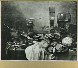 Stilleven met oesters, geschilde citroen, brood, bokaal,