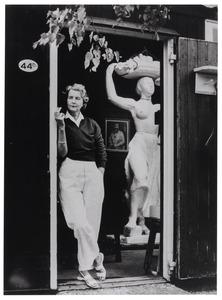 Charlotte van Pallandt in de deuropening van haar atelier